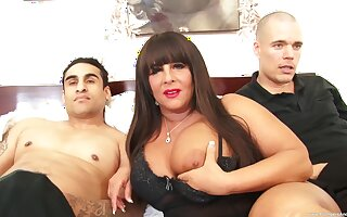 Chunky slut Cassidy Eve moans while getting fucked by twosome studs