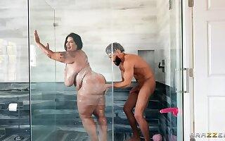 Latina BBW Showers before Deep Drilling