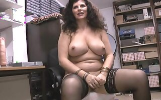 Chubby grown-up Gilly Sampson enjoys bringing off with her pussy first of all the bed